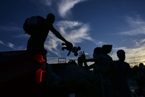 En ruta a EEUU, haitianos ayudan a venezolanos en frontera colombo-panameña (Fotos)