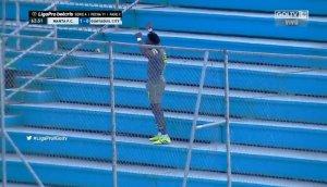Marcó un gol y subió a la tribuna para aplaudirse a sí mismo: El inusual festejo en Ecuador que se viralizó (VIDEO)